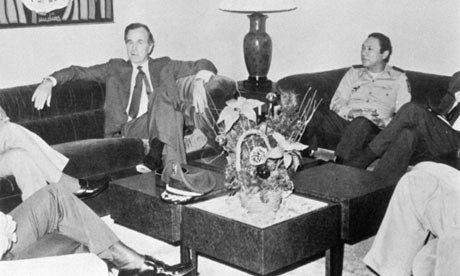 Архивна снимка от края на 70-те, на която Мануел Антонио Норие е с Джордж Буш-баща. Източник: Гардиан
