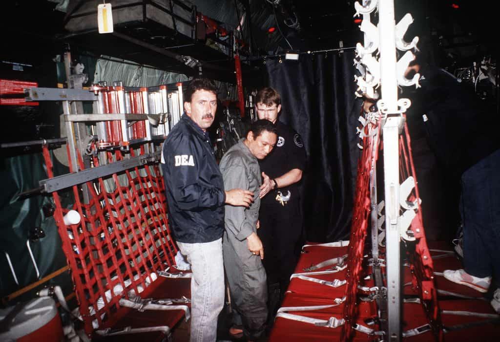 Мануел Антонио Нориега с агенти на DEA след ареста му в началото на 1990-та. Снимка: Уикипедия