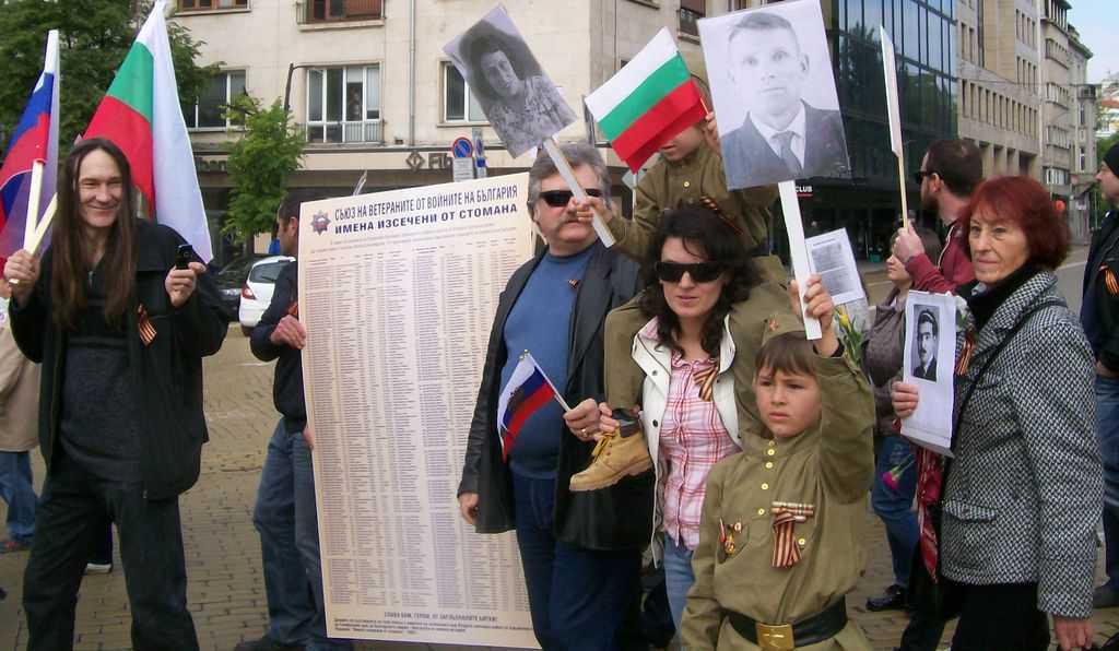 Участничката в шествието Мария Пачкова (крайната вдясно), която носеше студентска снимка на своя баща, участвал в антифашистката съпротива у нас, е убедена, че трябва да се пази жива паметта за тази борба. Снимка: Къдринка Къдринова