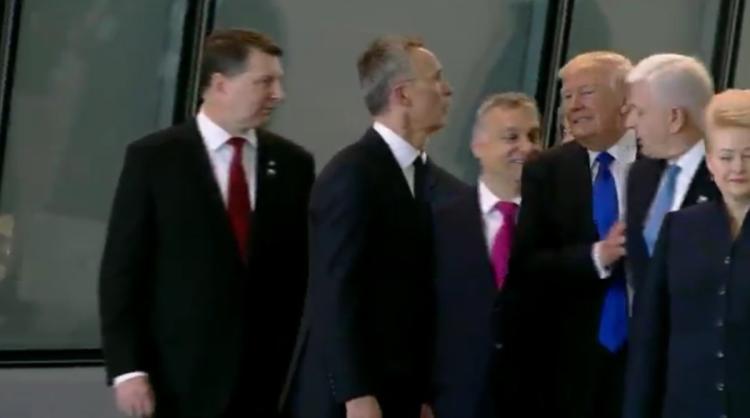 Това е моментът, в който Доналд Тръмп изблъсква Душко Маркович, за да застане отпред. Снимка: YouTube