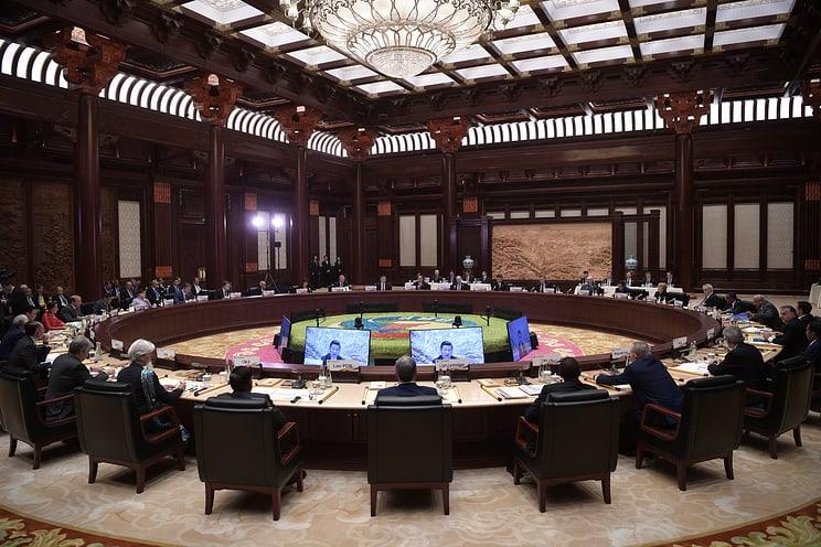 Зле ли щеше да му е на Бойко Борисов да седне на тази кръгла маса в Пекин редом до 30 президенти и премиери, все такива, които обича да нарича приятели? Да не би просто да не е разбрал, че се събират там? Снимка: ТАСС