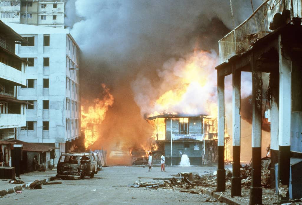 Превземането на панамския Генерален щаб причинява пожар в целия квартал в Панама-сити. Снимка: Уикипедия