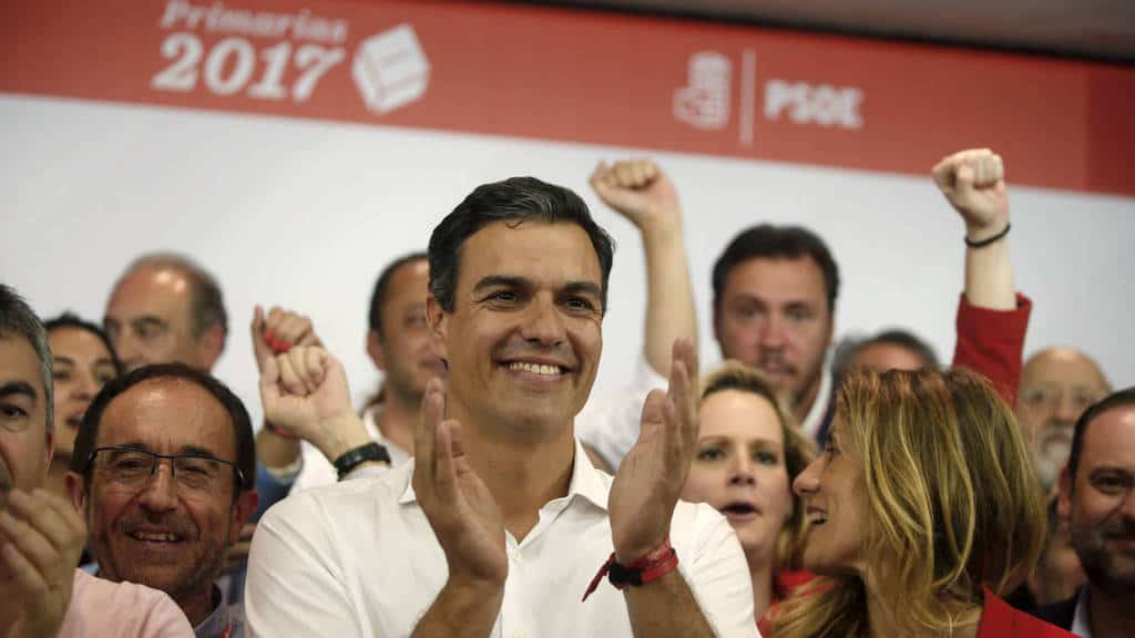 Педро Санчес посреща със съратници обявяването на резултатите от вътрешнопартийните избори в ИСРП за нов партиен лидер. Снимка: EFE