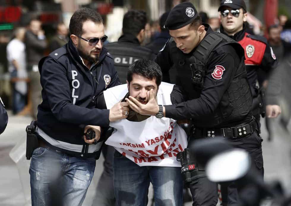 """Турски полицаи арестуват демонстрант, който ес опитва да стигне до истанбулския площад """"Таксим""""–знаково място за първомайските митинги. Снимка: ЕФЕ"""