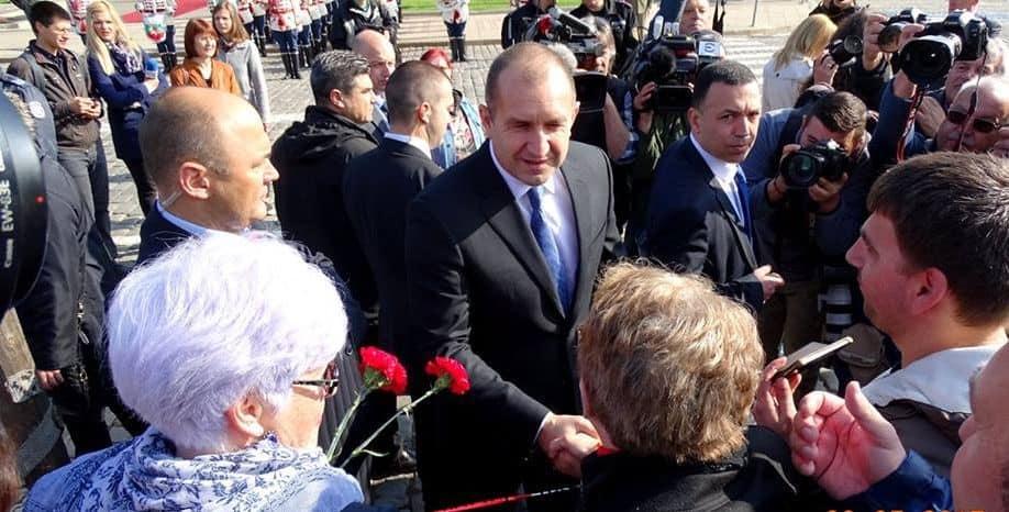 Идвайки за церемонията, президентът Румен Радев бе приветстван от събралите се хора. Снимка: Николай Белалов