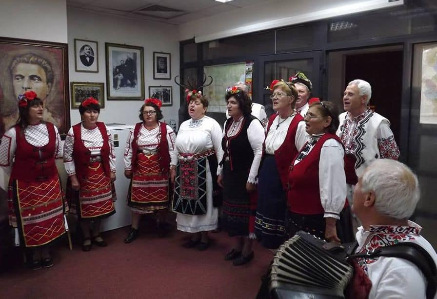 Изпълнение на фолклорният състав от ценово в офиса на Демократичния съюз на българите в румъния. Снимка: Владимир Митев