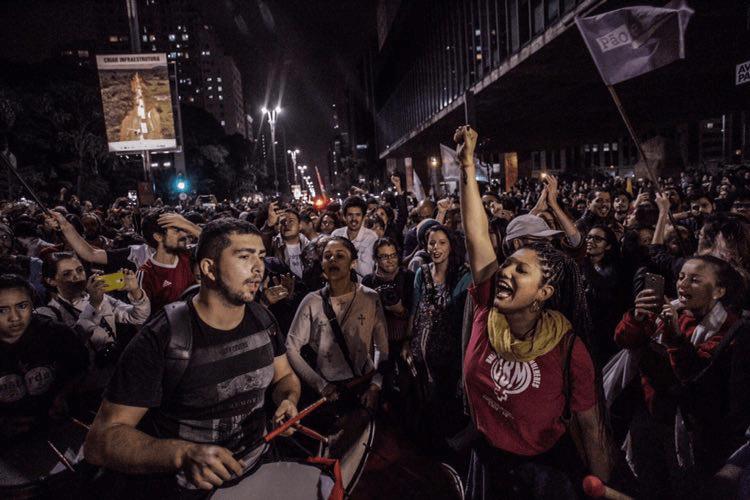 Хората по улиците на Сао Пауло вече празнуват неминуемото според тях падане на Темер. Източник: Resumen Latinoamericano