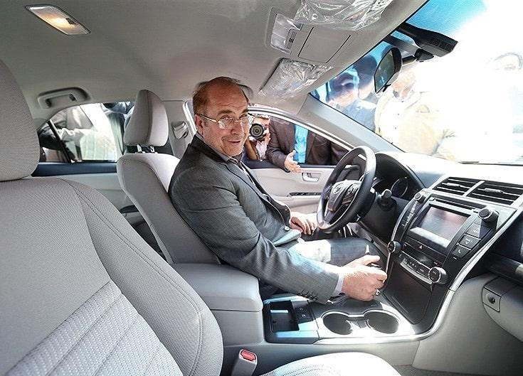 """Кметът на Техеран и президентски кандидат Мохамад Бакер Калибаф по време на кампанията си се пробва като шофьор на такси в иранската столица–тази гилдия е важна """"институция"""" там, таксиджиите знаят и могат всичко. Снимка: Уикипедия"""