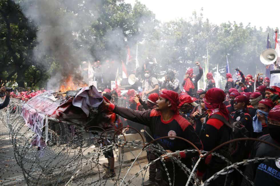 Индонезийски работници подпалиха протестно плакатите на първомайското си шествие, след като полицията в Джакарта ги възпря с улични прегради. Снимка: ЕФЕ