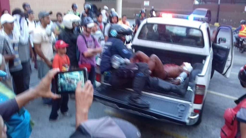 Полицейска камионетка откарва обгорения Орландо Хосе Фигера в болница. Източник: Туитър