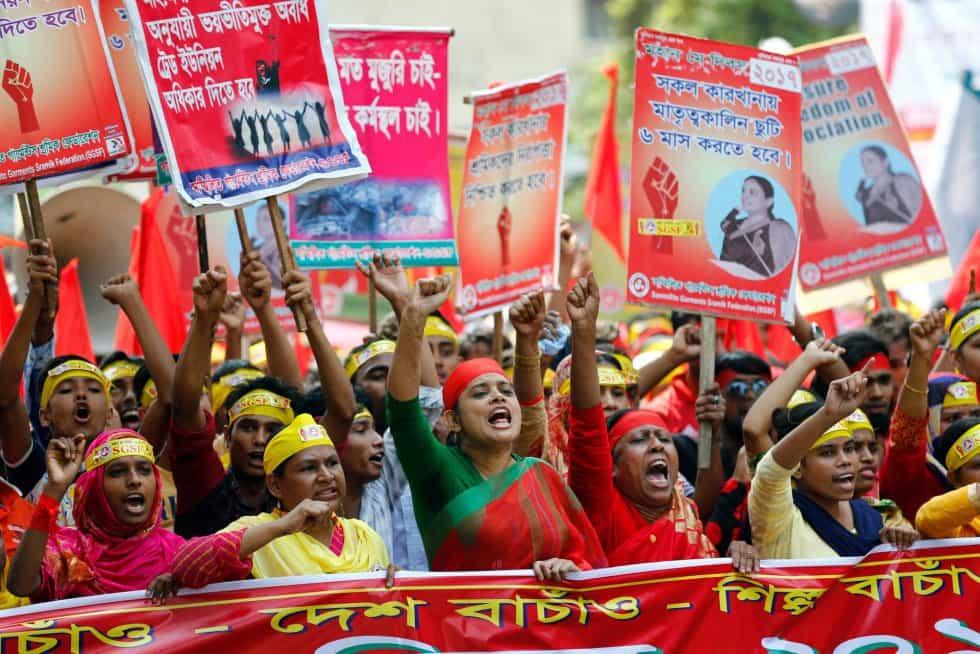 В Дака, Бангладеш, работнички скандираха лозунги за достойно заплащане на труда им и за социални гаранции. Снимка: ЕФЕ