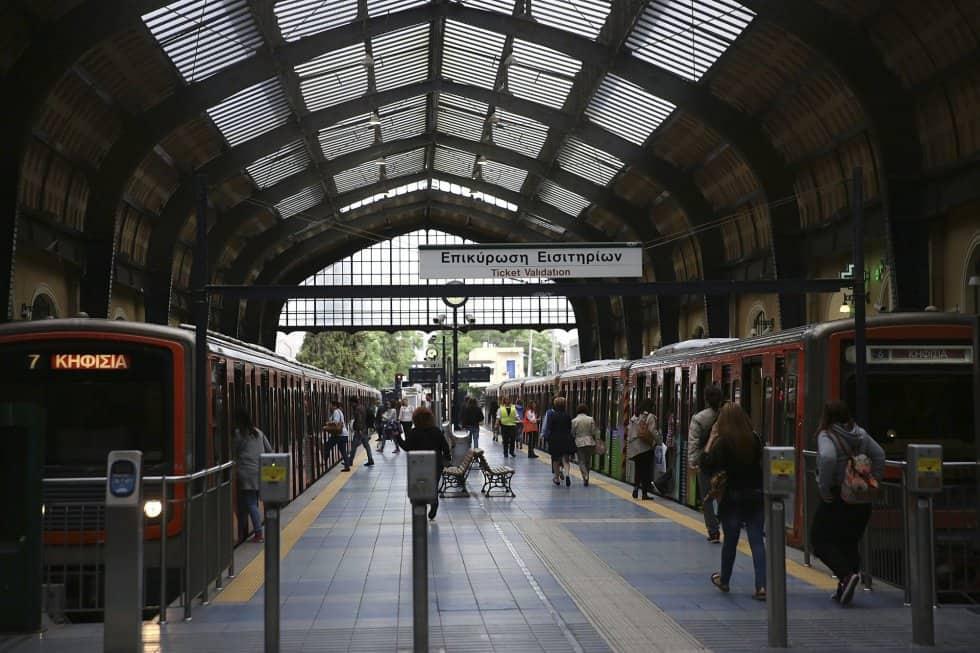 Само някои влакови мотриси се движат, като тази вляво, за да превозват участващи в демонстрациите стачници. Снимка: EFE