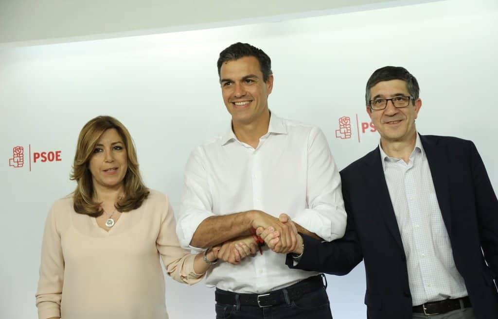 Победителят Педро Санчес символично сплете ръце и с другите участници в напреварата–Сусана Диас и Пачи Лопес. Снимка: EFE