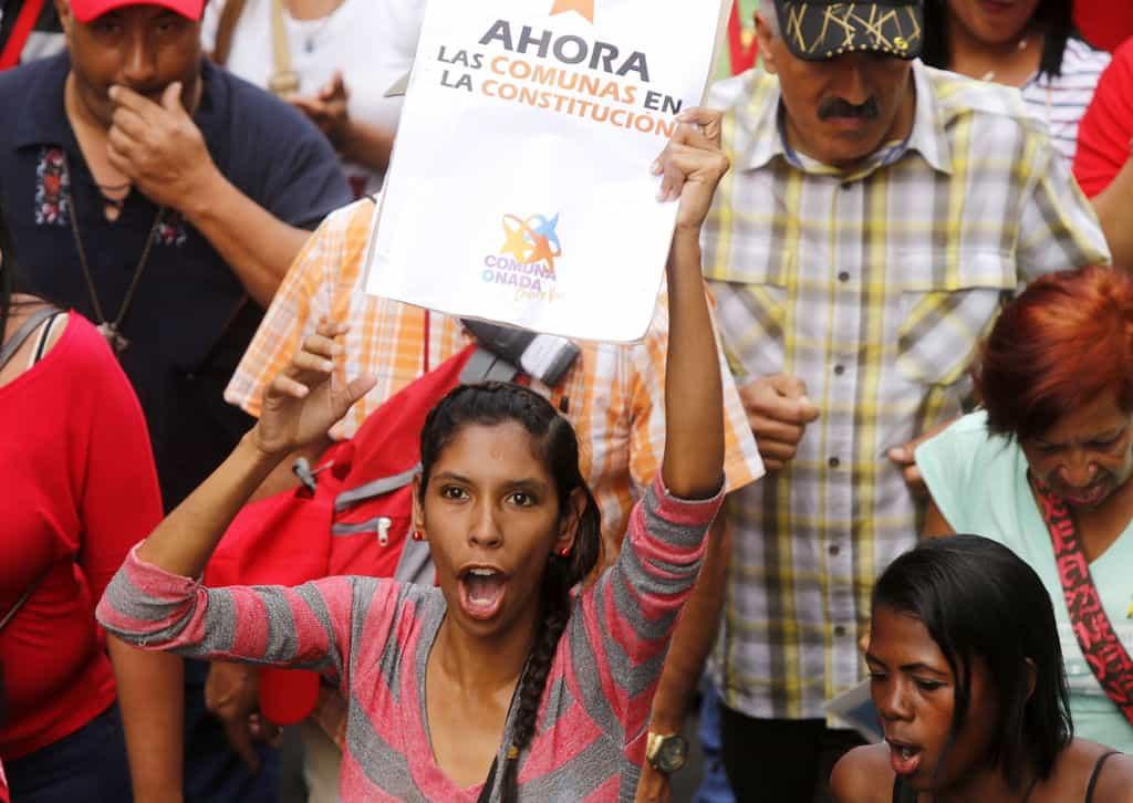 """""""Сега комуните влизат в конституцията"""", пише на плаката на тази млада чавистка. Снимка: albaciudad"""