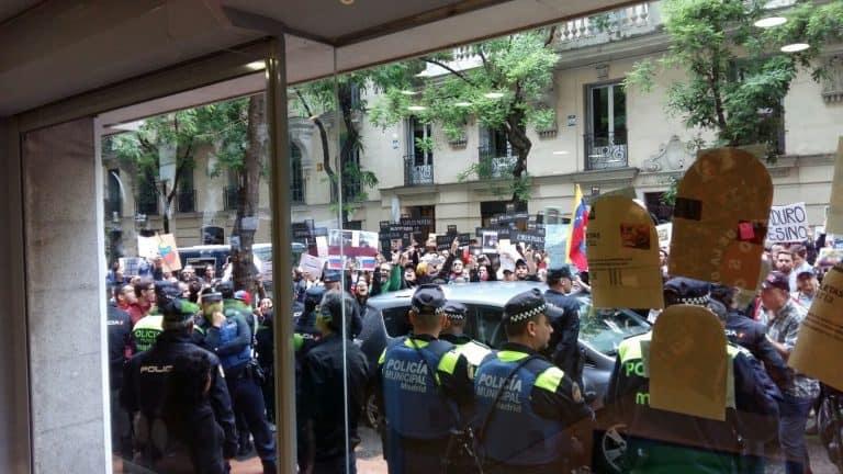 Улицата пред културния център към венесуелското посолство в Мадрид беше задръстена от агресивни демонстранти. Снимка: VTV