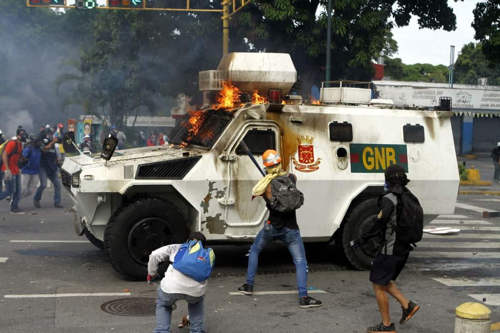 """Нападенията над полицейски коли са обичайно """"упражнение"""" на опозиционните демонстранти във Венесуела. Снимка: albaciudad"""