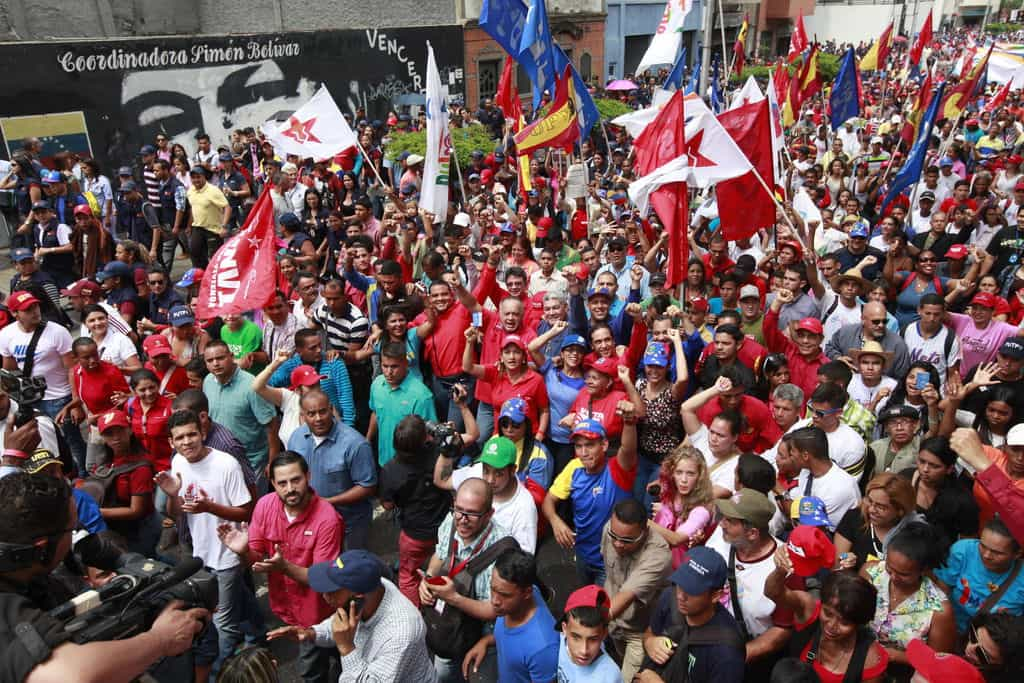 В лагера на чавистите лидерът е сред народа: Снимка: albaciudad