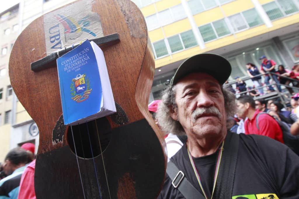 И това е певец и музикант, но е от чавистите и е преминал свежарската възраст–затова няма как да стане любимец на големите медии. Снимка: albaciudad