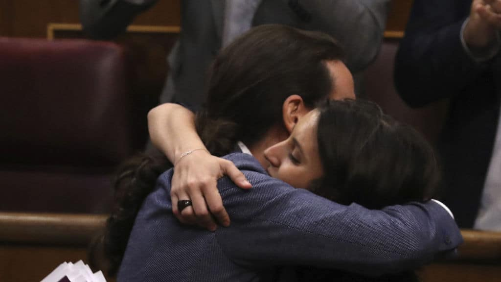 Иглесиас прегърна любимата си Ирене след като тя свърши речта си, продължила над два часа. Снимка: ЕФЕ