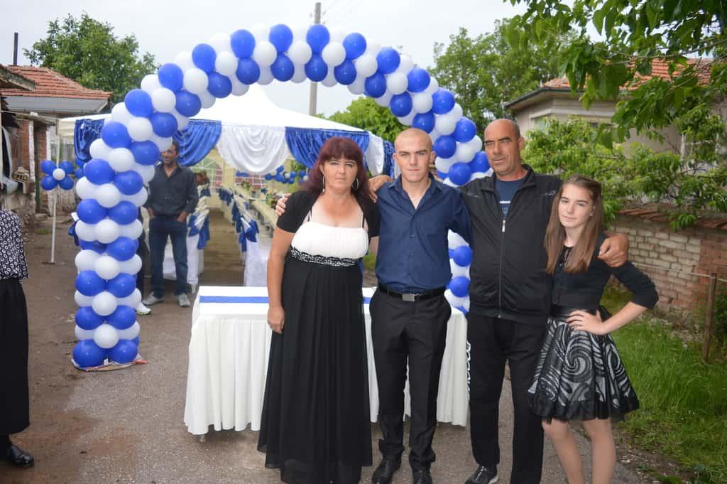 Абитуриентът Велко с родителите си Стояна и Стоян и със сестра си Ваня. В очакване на гостите софрата и шатрите са опънати насред улицата, пред къщата на българското семейство в циганската махала на Овчеполци. Снимка: Любомир Николов