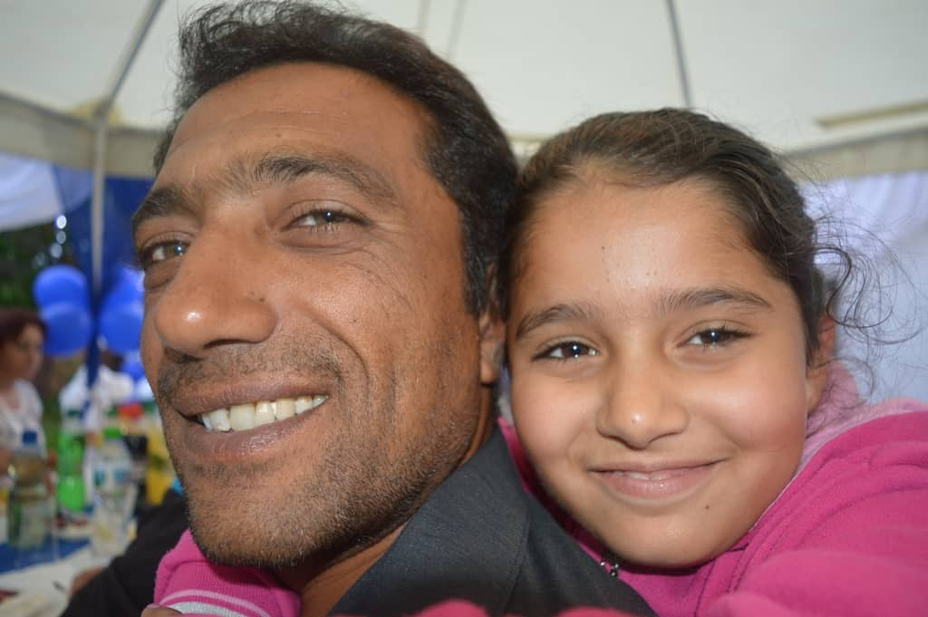 """""""Момичето на татко""""–малката дъщеря на Митко Божидара, обожава баща си. Както и той нея. Снимка: Любомир Николов"""
