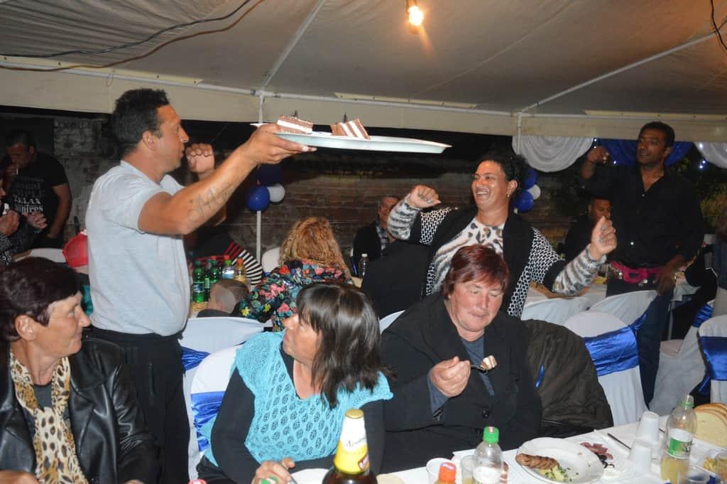 Илия, циганският брат на бащата на Велко–Стоян, танцува с жена си–туркинята Мария, докато двамата с нея разнасят табли с гощавката за гостите. Снимка: Любомир Николов