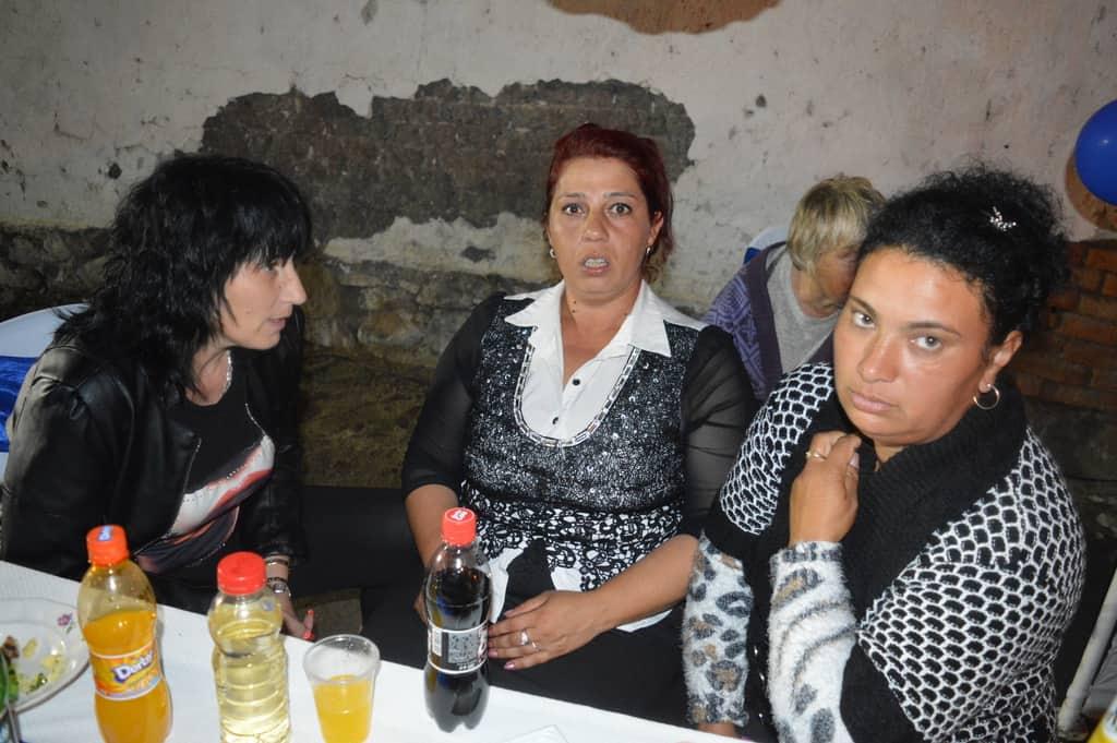 Междуетническа раздумка по женски. Отляво надясно: българката Иванка–леля на Велко, циганката Ася–жена на Митко, туркинята Мария–жена на Илия. Снимка: Любомир Николов