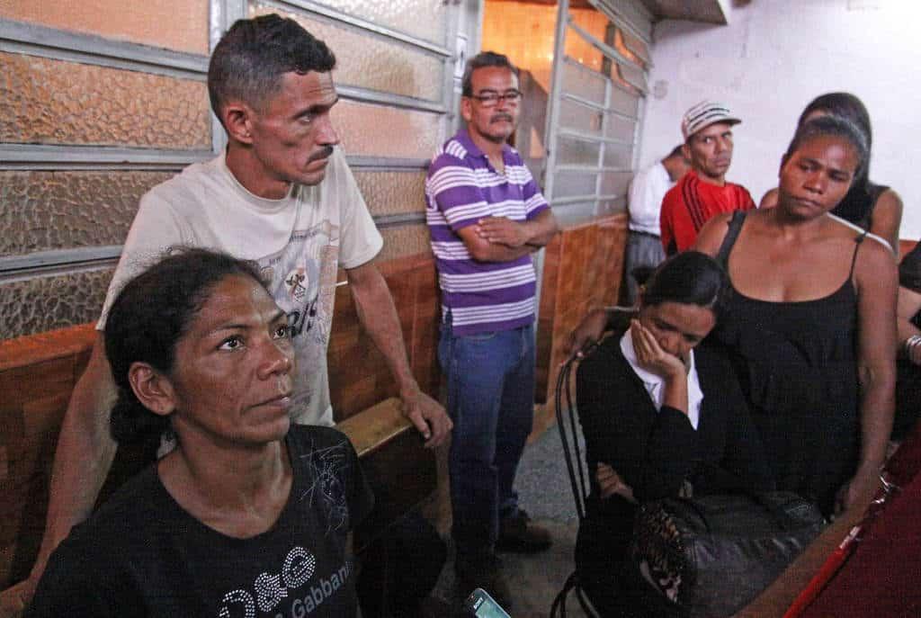 На преден план е майката на Орландо Фигера заедно с останалите опечалени членове на семейството. Снимка: correodelorinoco.gob.ve