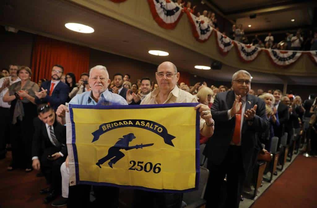 """Ветерани от щурмовата бригада 2506, участвали във финансирани от ЦРУ десант в Залива на свинете в Куба през 1961 г. най-ентусиазирано приветстваха меморандума на Тръмп. Снимка """"Ел Паис"""""""