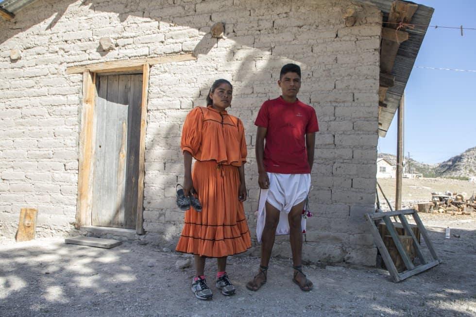 """Лорена и Марио пред къщата им в Рехогочи. Лорена е обута в маратонки или """"тенис"""", както ги нарича–нещо крайно рядко, защото ги смята за тежки и неудобни. Предпочита да тича в сандалите уарачес, които държи в ръка. Снимка: Кристиан Палма"""