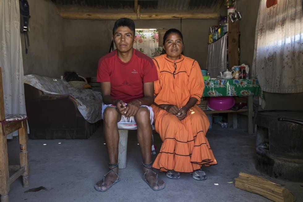 """Братът и сестрата в """"дневната"""" част на дома си. Снимка: Кристиан Палма"""