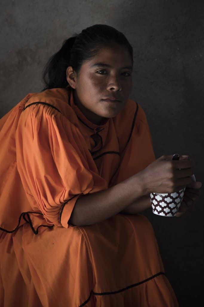 Лорена никога не е ходила на училище и почти не говори испански. Родният ѝ език е рарамури, както и на повечето от 85-те хиляди обитатели на мексиканския щат Чиуауа. Снимка: Кристиан Палма