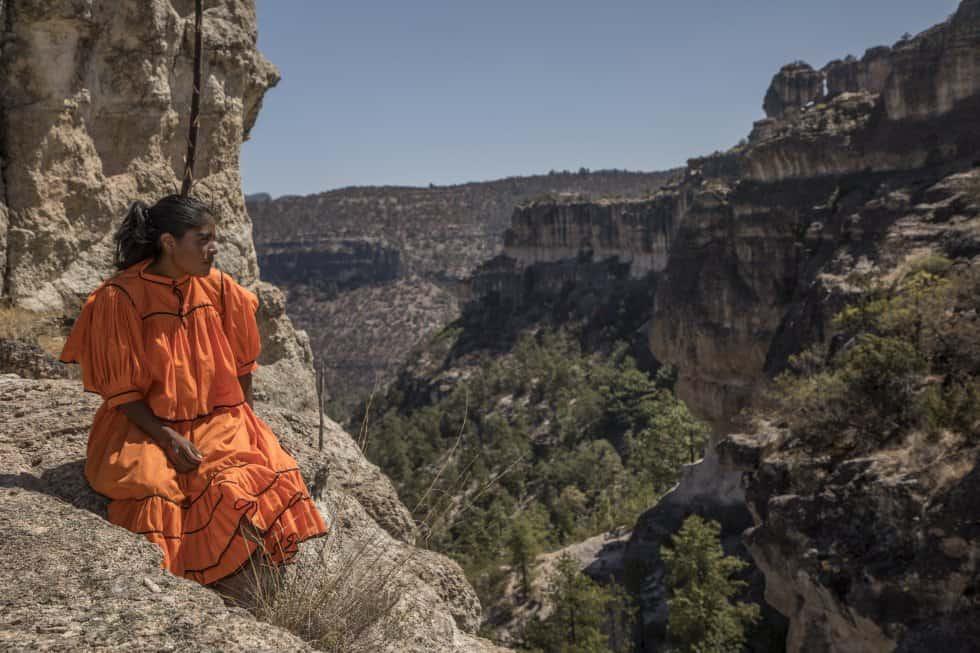 Лорена гледа към каньоните около селото ѝ. Снимка: Кристиан Палма