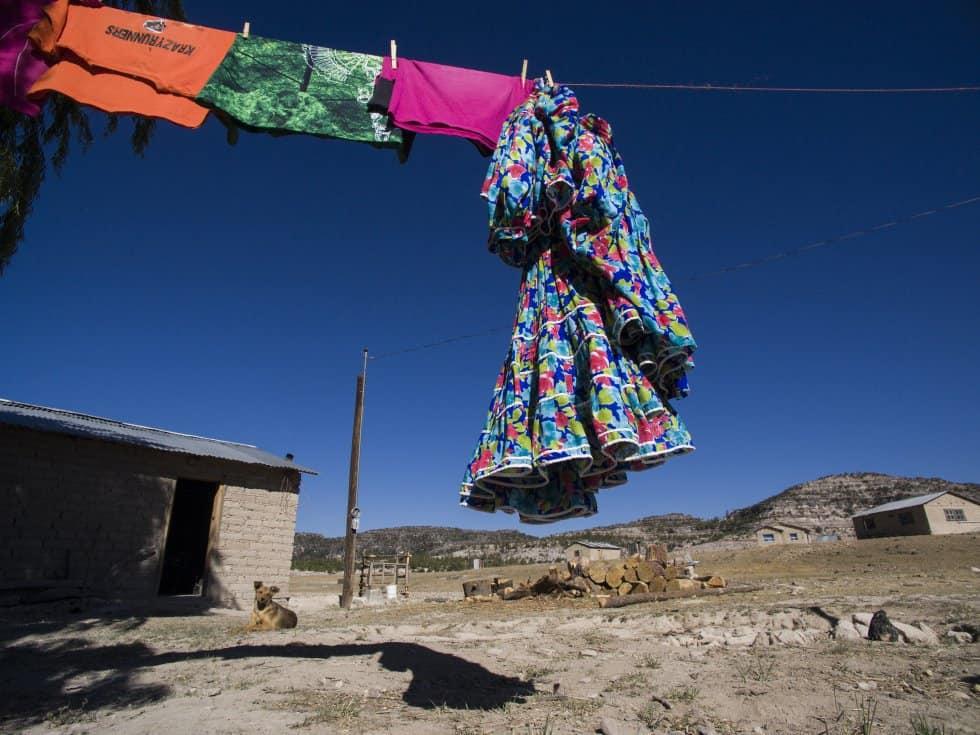 Типичните рокли, в които се движат, а и тичат жените рарамури, са винаги в ярки цветове. Снимка: Криситан Палма