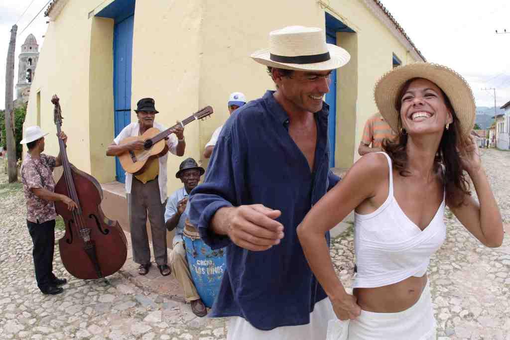 Не само американците, всички чужденци обожават пътуванията до Куба заради слънчевия ѝ народ, музиката по улиците и лежерното настроение, което струи отвсякъде. Снимка: Cubatur