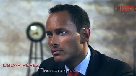 """Оскар Перес в ролята на инспектор Роблес във филма """"Суспендирана смърт"""" през 2015 г."""