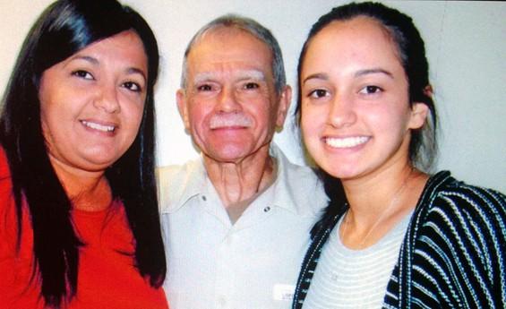 Оскар Лопес като щастлив баща и дядо. Вляво е дъщерята Клариса, а вдясно–внучката Карина, на която той посвещава една от написаните си в затвора книги. Снимка: resumenlatinoamericano