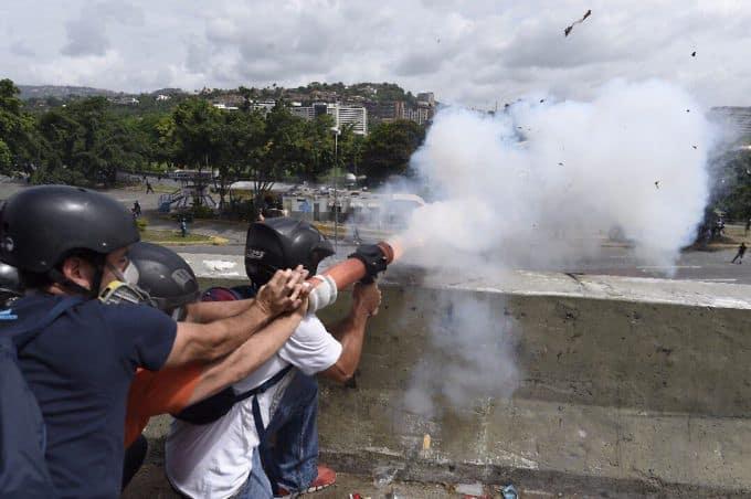 """Стрелбата на група демонстранти по базата на венесуелските ВВС """"Карлота"""" е била заснета от самите тях. Снимка: albaciudad"""
