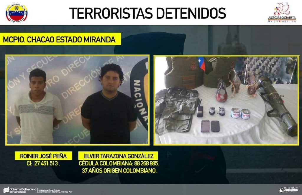 Колумбийският инструктор по десен екстремизъм Елвер Тарасона Гонсалес (десният)заедно с другия арестуван. Личи и част от арсенала, намерен при задържането им. Снимка: albaciudad