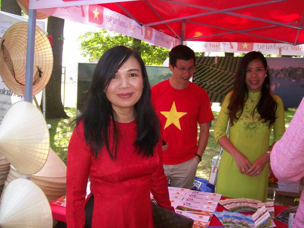 Посланичката на Виетнам Нгуен Тхи Хонг Оан пред щанда на страната. Снимка: Къдринка Къдринова