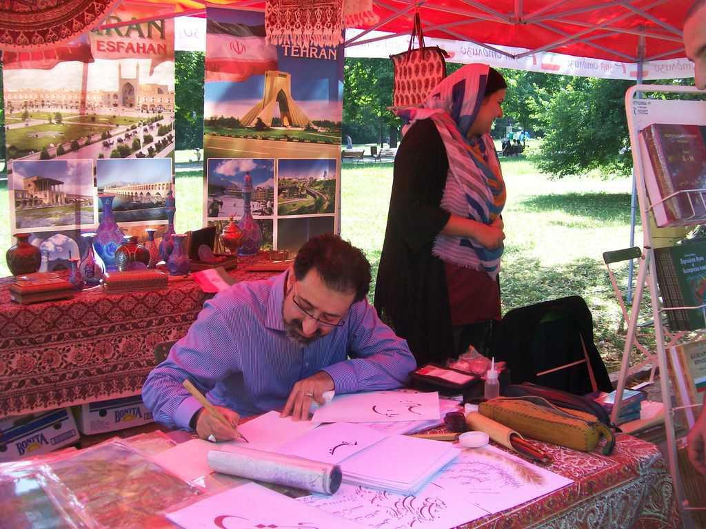 На щанда на Иран специалист калиграф изписваше името на всеки желаещ на персийски. Снимка: Къдринка Къдринова