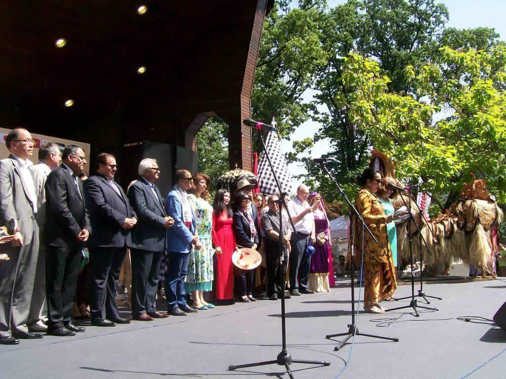 Момент от тържественото откриване на фестивала. На микрофона е посланичката на Индонезия г-жа Сри Астари Расджид. Вицепрезидентът Илияна Йотова е между посланичката на Виетнам Нгуен Тхи Хонг Оан и посланика на Палестина Ахмед ал Мабдух. Снимка: Къдринка Къдринова