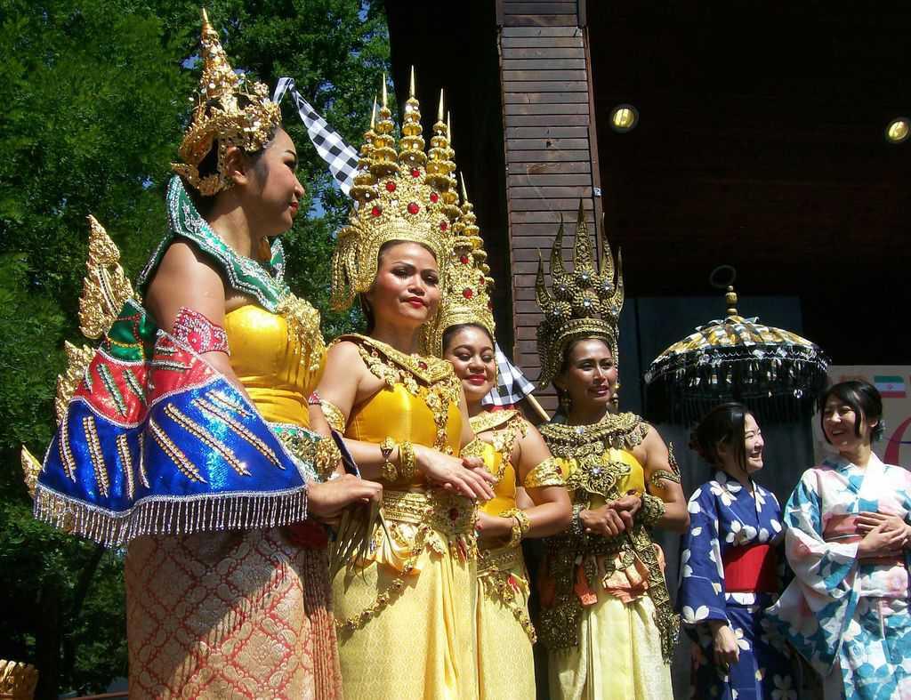 Колоритните тайландски таньорки привлякоха всеобщото внимание. Снимка: Къдринка Къдринова