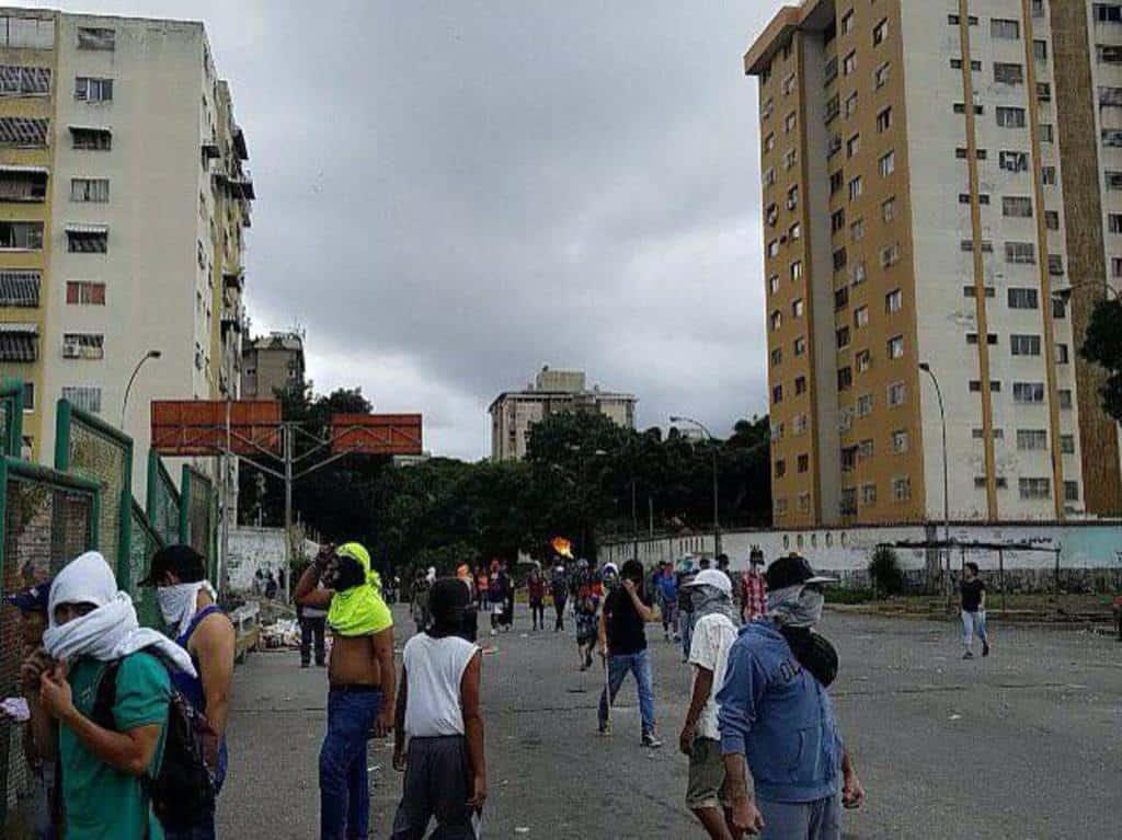 Празни улици с маскирани демонстранти в дните на обявената от опозицията стачка се виждаха само в кварталите на Каракас с опозиционни кметове. Снимка: Resumen Latinoamericano