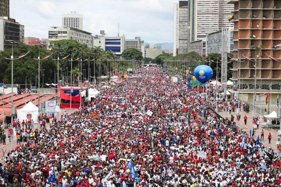 """Булевард """"Боливар"""" в Каракас се изпълни в четвъртък с """"червената вълна""""–поддръжниците на правителството, които се събраха на заключителния предизборен митинг преди гласуването тази неделя за Конституционно събрание. Снимка: Resumen Latinoamericano"""