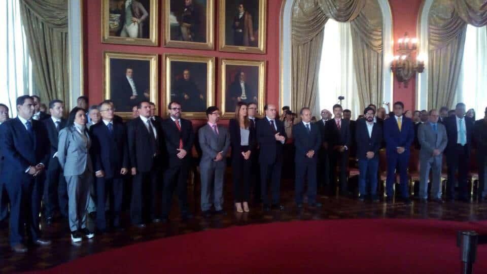 Втората церемония в Елипсовидната зала с участието на опозицията. В Средата, потърквайки ръце, е Хулио Борхес. Снимка: Resumen Latinoamericano