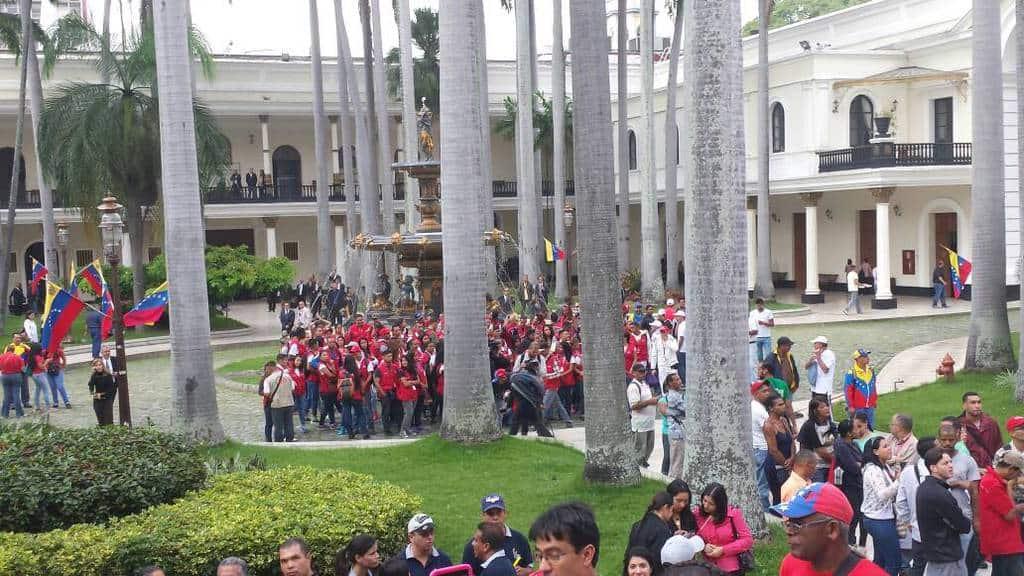 В двора на Федералния законодателен дворец рано сутринта на 5 юли. Снимка: Resumen Latinoamericano