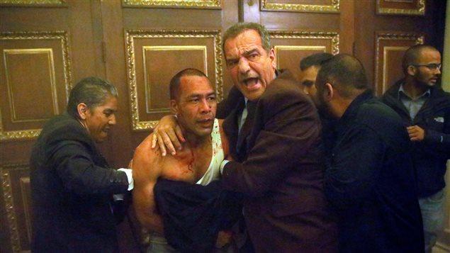 Налага се депутатът Луис Стефанели да брани от своите Хосе Рамос по прякор Ел Чино. Снимка: Resumen Latinoamericano