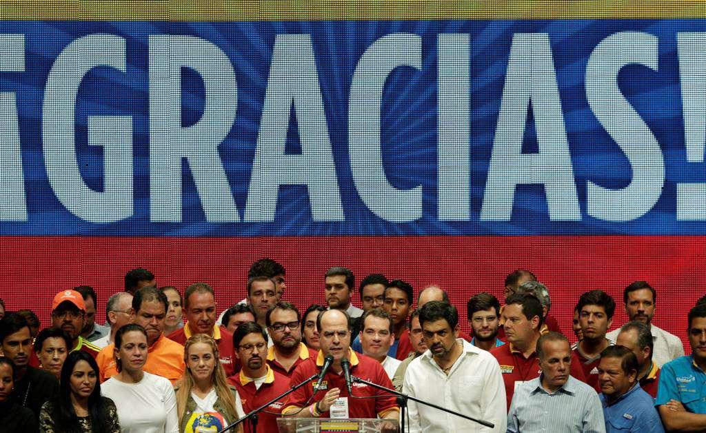 """Опозицията се прави на победителка след незаконния """"плебисцит"""". Хулио Борхес (в средата) обявява """"математическия разгром"""" на президента Николас Мадуро. Снимка: ЕFE"""