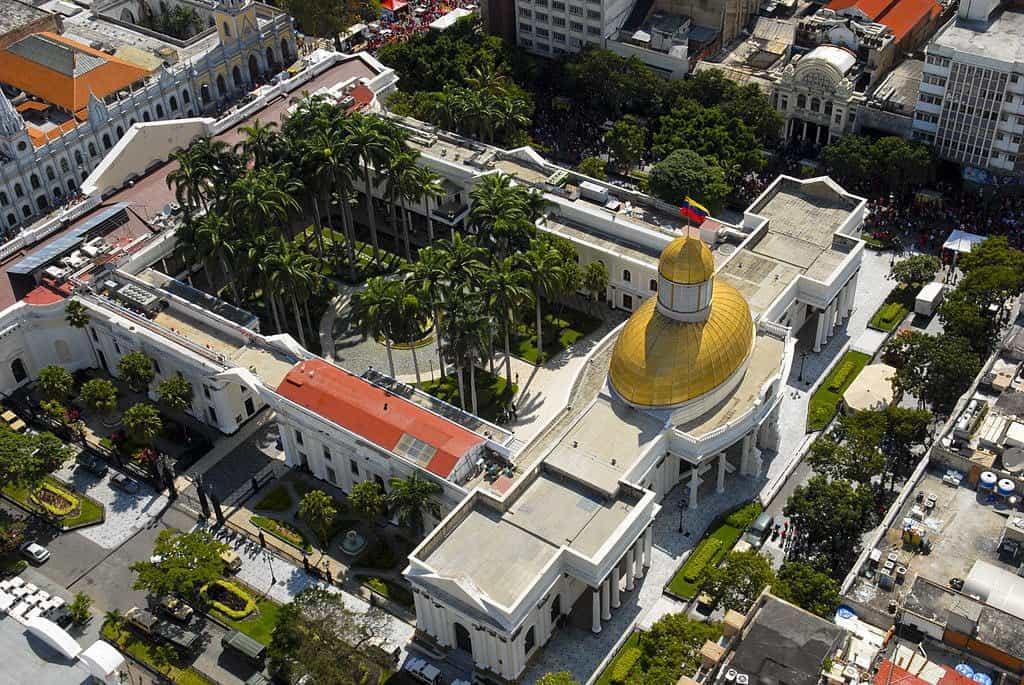 Сградата на Федералния законодателен дворец, приютил и Националния конгрес, в Каракас от птичи поглед. Снимка: Resumen Latinoamericano